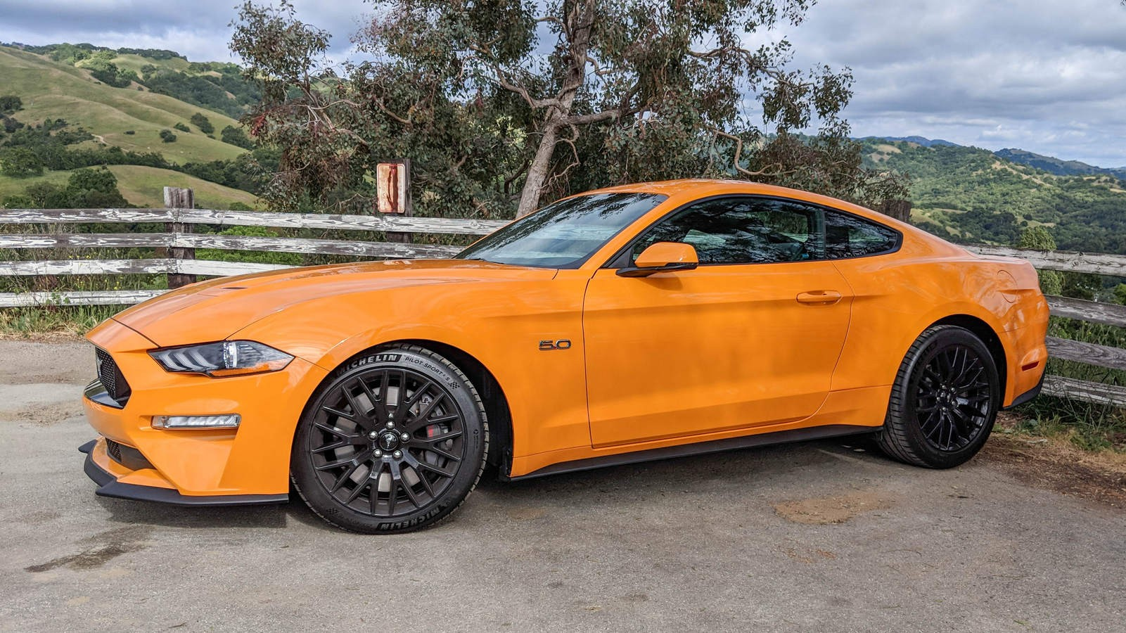 Ford Mustang GT три четверти